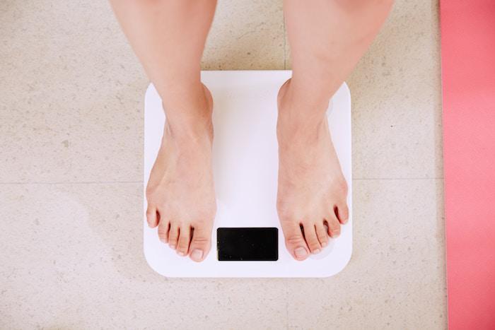 睡眠負債は肥満の原因になります